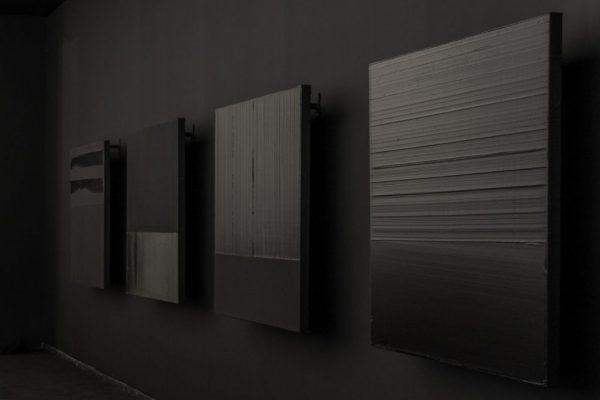 De droite à gauche: Peinture 130 x 130 cm, 5 mars 2012 ; Peinture 130 x 130 cm, 6 mars 2012 ; Peinture 130 x 130 cm, 3 mars 2012 : Peinture 130 x 130 cm, 17 juillet 2010